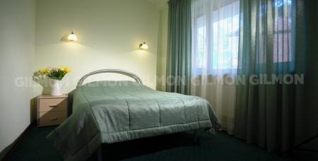 Проживание в двухкомнатном номере с арендой мангальных зон и прокатом спортивного инвентаря в клубе Родники.