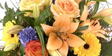 """Лепестки роз, розы """"Эквадор"""", ирисы, орхидеи """"Цимбидиум"""", лилии и букеты на выбор от цветочной лавки """"Лавандыш"""""""
